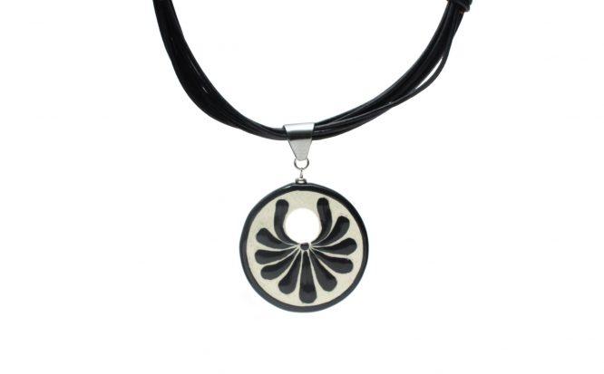 Collar circular negro plumeado grande en acero inoxidable