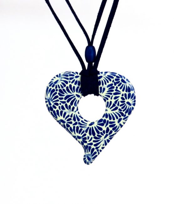 Collar corazón con gamuza azul plumeado chico en acero inoxidable