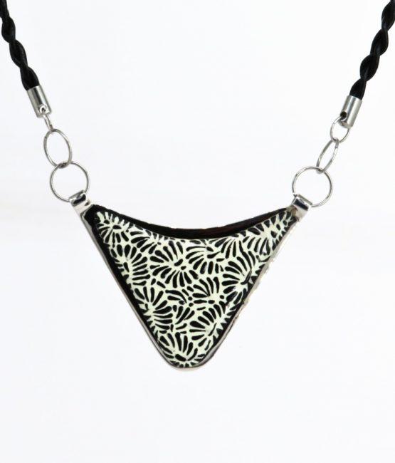Collar triángulo negro plumeado chico en acero inoxidable