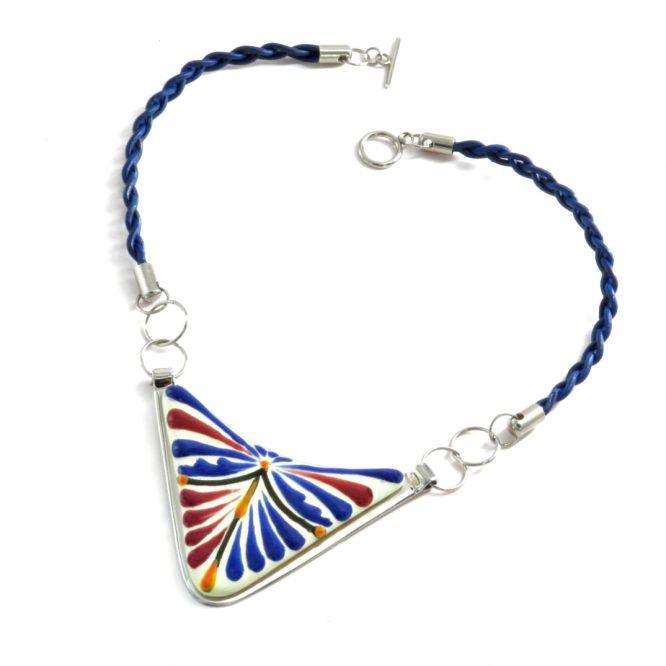 Collar triángulo azul con vino en acero inoxidable