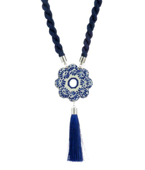 Collar largo flor azul plumeado chico en acero inoxidable
