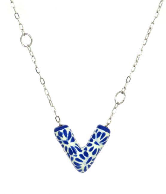 Collar V con cadena azul plumeado chico en acero inoxidable