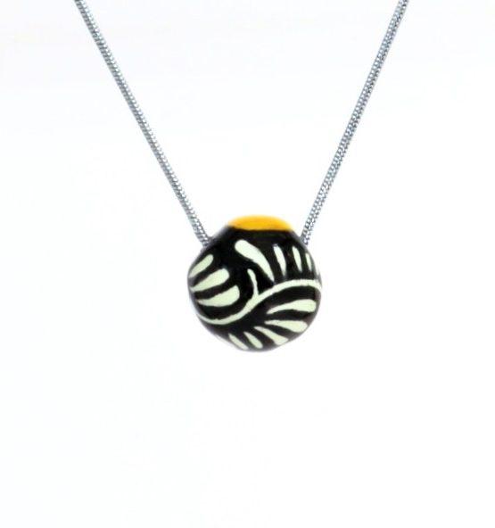 Collar esfera negro filo amarillo en acero inoxidable