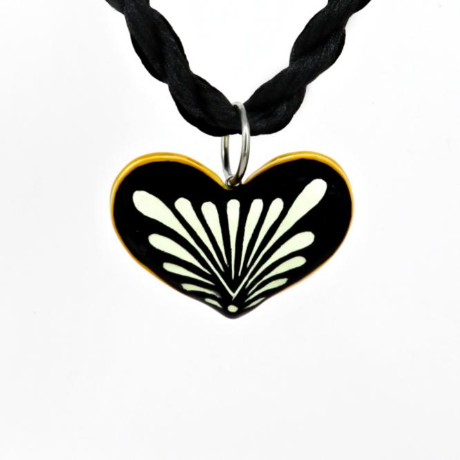 Collar corazón negro filo amarillo en acero inoxidable