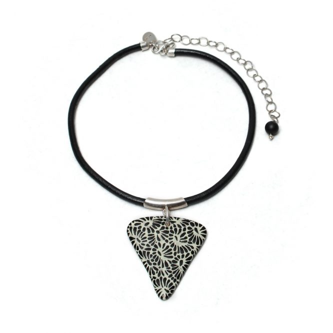 Collar triangulo negro en plata 925