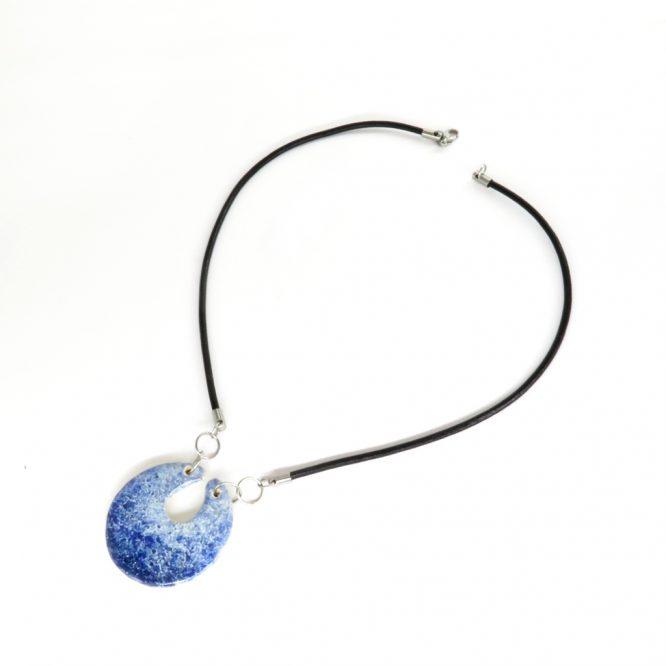 Collar circular con piel azul en acero inoxidable